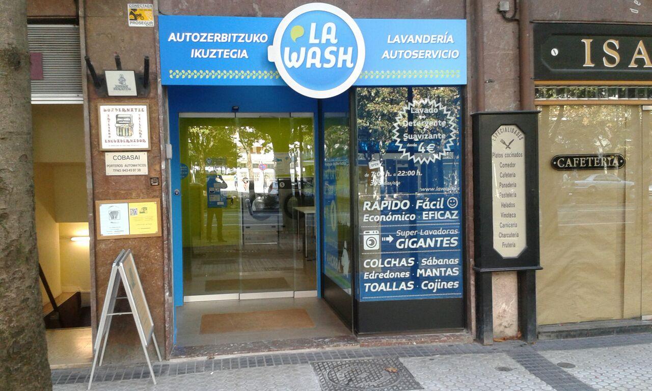 Lavandería autoservicio La Wash en el 24 de la Avda. Madrid de San Sebastián.