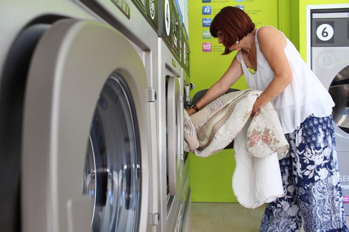 Cuida la ropa en la lavandería automática