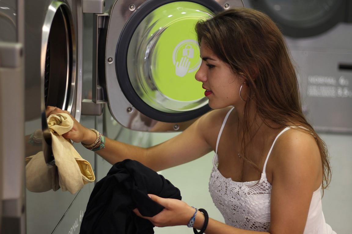 la carga automática de detergentes en la lavandería autoservicio
