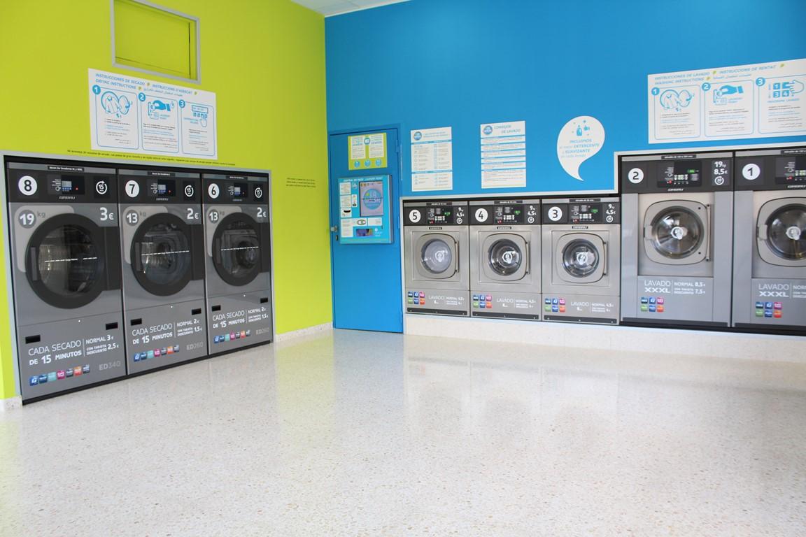 Lavar ropa a máquina en la lavandería doméstica