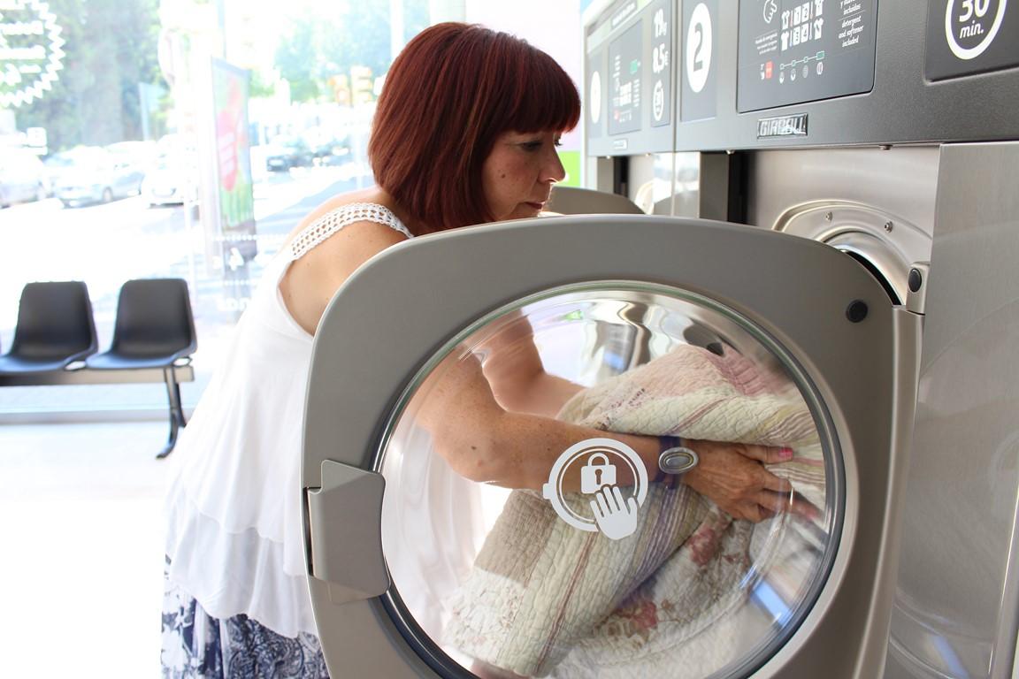 La lavandería autoservicio en Valencia es un establecimiento cada vez más visitado por todo tipo de personas y es que ofrece un lavado económico y rápido.