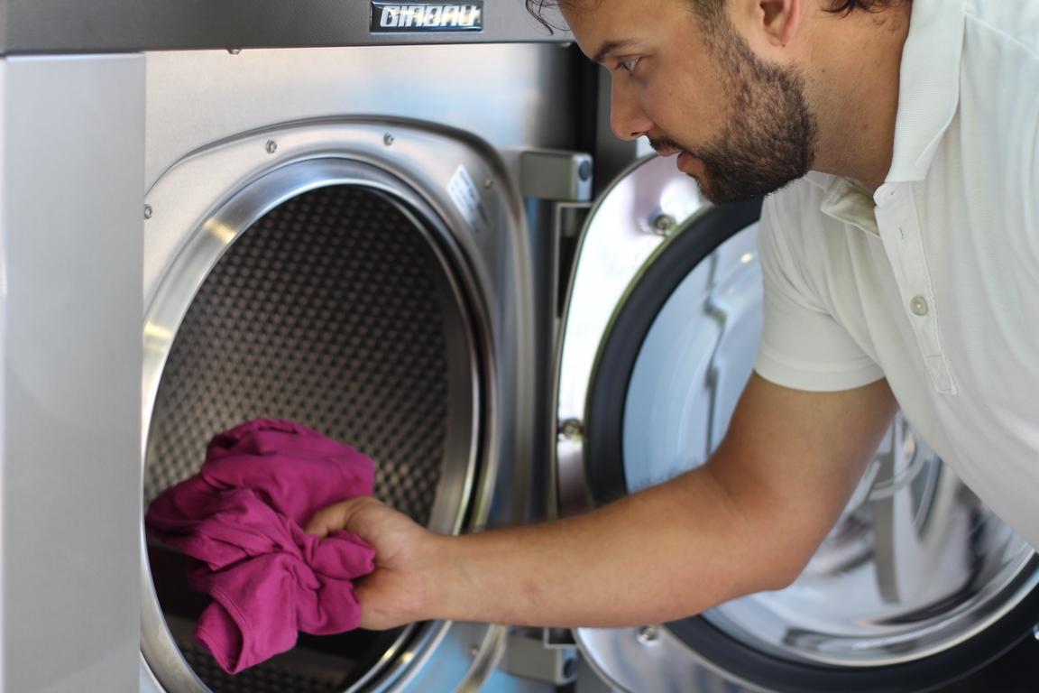 Una buena elección de productos y bajar la temperatura del agua te ayudarán a ahorrar al hacer la colada en lavadoras industriales.